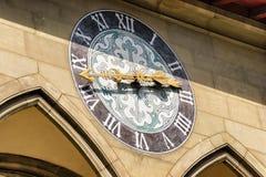 Ρολόι στο κτήριο αιθουσών πόλεων στη Βέρνη Ελβετός Στοκ Φωτογραφίες