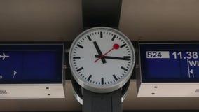 Ρολόι στο σταθμό τρένου απόθεμα βίντεο