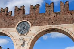 Ρολόι στο στηθόδεσμο della Portoni στη Βερόνα, Ιταλία στοκ φωτογραφίες