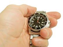 Ρολόι στο χέρι του, που απομονώνεται, περιγράμματα σωζόμενα. στοκ εικόνες