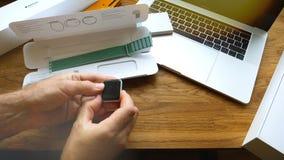 Ρολόι της Apple εκμετάλλευσης χωρίς ζώνη κατά τη διάρκεια της αλλαγής ζωνών Στοκ φωτογραφίες με δικαίωμα ελεύθερης χρήσης