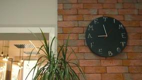 Ρολόι τοίχων στο γραφείο απόθεμα βίντεο
