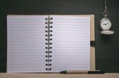Ρολόι τσεπών και κενό σημειωματάριο στο υπόβαθρο πινάκων με το διάστημα αντιγράφων πίσω σχολείο Στοκ Εικόνες
