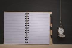 Ρολόι τσεπών και κενό σημειωματάριο στο υπόβαθρο πινάκων με το διάστημα αντιγράφων πίσω σχολείο Στοκ Εικόνα