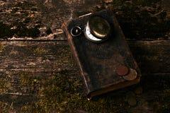 Ρολόι τσεπών με το παλαιό παλαιό βιβλίο Βίβλων και τα αναδρομικά νομίσματα Στοκ φωτογραφία με δικαίωμα ελεύθερης χρήσης