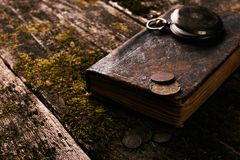 Ρολόι τσεπών με το παλαιό παλαιό βιβλίο Βίβλων και τα αναδρομικά νομίσματα Στοκ φωτογραφίες με δικαίωμα ελεύθερης χρήσης