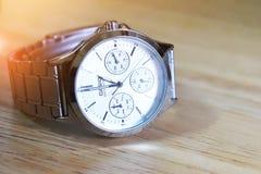 Ρολόι CASIO που τίθεται στον ξύλινο πίνακα Στοκ Εικόνα
