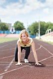 Δρομέας - γυναίκα που τρέχει υπαίθρια να εκπαιδεύσει Στοκ φωτογραφία με δικαίωμα ελεύθερης χρήσης