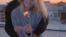 Ρομαντικά αγκαλιάσματα χειμερινών ζευγών με τα sparklers φιλμ μικρού μήκους