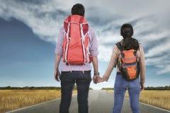 Ρομαντικά ασιατικά χέρια εκμετάλλευσης ταξιδιωτικών ζευγών και εξέταση την άποψη Στοκ Εικόνες
