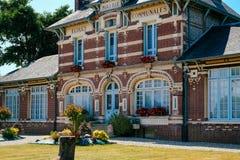 Ρομαντικά βιομηχανικά σπίτια στην πόλη Yport Habour, Νορμανδία κατά τη διάρκεια του νεφελώδους ουρανού στοκ φωτογραφίες με δικαίωμα ελεύθερης χρήσης