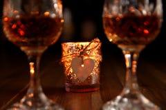 Ρομαντικά ποτά ημέρας βαλεντίνων με μια φωτισμένη με κεριά καρδιά στοκ φωτογραφία με δικαίωμα ελεύθερης χρήσης