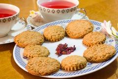 Ρομαντικά σπιτικά μπισκότα με το βοτανικό τσάι Στοκ φωτογραφία με δικαίωμα ελεύθερης χρήσης