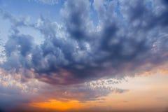 Ρομαντικά φανταστικά ζωηρόχρωμα σύννεφα που εξισώνουν τη σύσταση ουρανού με το diff Στοκ φωτογραφίες με δικαίωμα ελεύθερης χρήσης