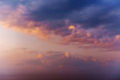 Ρομαντικά φανταστικά ζωηρόχρωμα σύννεφα που εξισώνουν τη σύσταση ουρανού με το diff Στοκ εικόνα με δικαίωμα ελεύθερης χρήσης