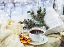 Ρομαντικά Χριστούγεννα ife ακόμα με το φλιτζάνι του καφέ στοκ εικόνες
