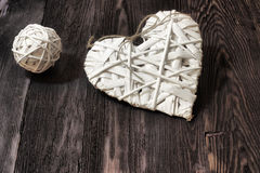 Ρομαντικές, άσπρες καρδιά και σφαίρα στο σκοτεινό ξύλο Στοκ Φωτογραφία