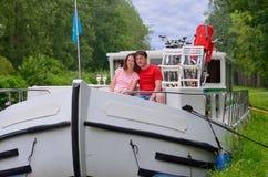 Ρομαντικές διακοπές, ταξίδι στη βάρκα φορτηγίδων, ευτυχές ζεύγος στην κρουαζιέρα ποταμών houseboat Στοκ φωτογραφίες με δικαίωμα ελεύθερης χρήσης