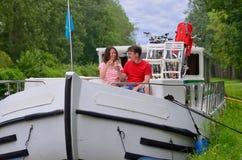 Ρομαντικές διακοπές, ταξίδι στη βάρκα φορτηγίδων, ευτυχές ζεύγος στην κρουαζιέρα ποταμών houseboat Στοκ εικόνα με δικαίωμα ελεύθερης χρήσης