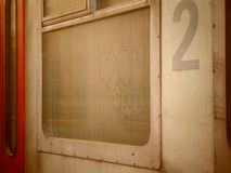 Ρομαντικές καρδιές που επισύρονται την προσοχή σε ένα βρώμικο παράθυρο τραίνων Στοκ φωτογραφία με δικαίωμα ελεύθερης χρήσης