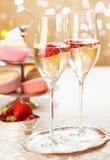 Ρομαντικές σαμπάνια και φράουλες Στοκ φωτογραφία με δικαίωμα ελεύθερης χρήσης