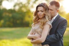Ρομαντικές στιγμές ενός νέου γαμήλιου ζεύγους στο θερινό λιβάδι Στοκ φωτογραφία με δικαίωμα ελεύθερης χρήσης