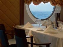 Ρομαντική άποψη επιτραπέζιας καθορισμένη θάλασσας γευμάτων Στοκ Εικόνες