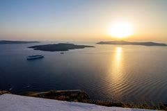 Ρομαντική άποψη ηλιοβασιλέματος από Fira, Santorini, Ελλάδα στοκ εικόνα
