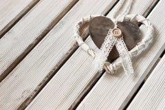 Ρομαντική, άσπρη καρδιά στο ελαφρύ ξύλο Στοκ εικόνα με δικαίωμα ελεύθερης χρήσης