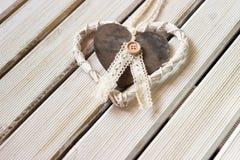 Ρομαντική, άσπρη καρδιά στο ελαφρύ ξύλο Στοκ Εικόνες