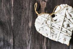 Ρομαντική, άσπρη καρδιά στο σκοτεινό ξύλο Στοκ Φωτογραφίες