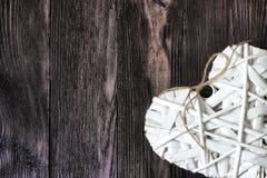 Ρομαντική, άσπρη καρδιά στο σκοτεινό ξύλο Στοκ εικόνα με δικαίωμα ελεύθερης χρήσης