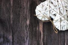 Ρομαντική, άσπρη καρδιά στο σκοτεινό ξύλο Στοκ φωτογραφία με δικαίωμα ελεύθερης χρήσης