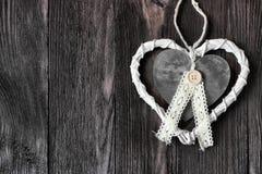 Ρομαντική, άσπρη καρδιά στο σκοτεινό ξύλο Στοκ εικόνες με δικαίωμα ελεύθερης χρήσης