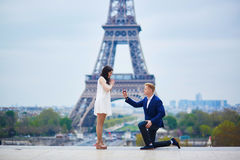 Ρομαντική δέσμευση στο Παρίσι Στοκ φωτογραφία με δικαίωμα ελεύθερης χρήσης