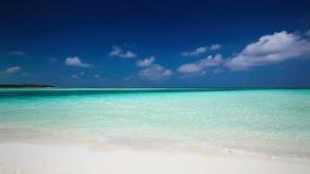 Ρομαντική αμμώδης παραλία με την καταπληκτική λιμνοθάλασσα στις Μαλδίβες απόθεμα βίντεο