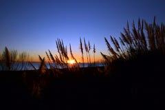 Ρομαντική ανατολή στην παραλία στοκ εικόνες