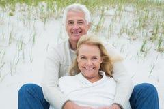 Ρομαντική ανώτερη χαλάρωση ζευγών στην παραλία Στοκ εικόνες με δικαίωμα ελεύθερης χρήσης