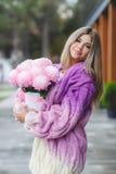 Ρομαντική γυναίκα με τα λουλούδια στα χέρια τους στοκ εικόνα