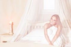 Ρομαντική γυναίκα στο κρεβάτι Στοκ εικόνα με δικαίωμα ελεύθερης χρήσης