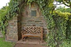 Ρομαντική γωνία με τον ξύλινο πάγκο και φράκτης για την ανάπαυση στοκ εικόνες με δικαίωμα ελεύθερης χρήσης