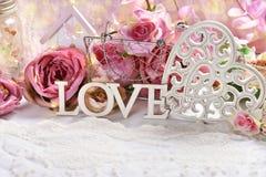 Ρομαντική διακόσμηση για το βαλεντίνο ή τη ημέρα γάμου στοκ εικόνες