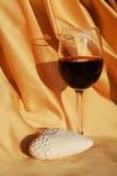 Ρομαντική εικόνα, καρδιά και κόκκινο κρασί Στοκ φωτογραφία με δικαίωμα ελεύθερης χρήσης