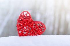 Ρομαντική εκλεκτής ποιότητας καρδιά σε ένα άσπρο υπόβαθρο χιονιού Έννοια ημέρας βαλεντίνων αγάπης και του ST στοκ φωτογραφίες