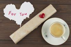 Ρομαντική επιθυμία στην ΗΜΕΡΑ ΒΑΛΕΝΤΙΝΩΝ Καφές, κάρτες και δώρο της αγάπης στοκ εικόνα