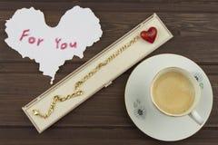 Ρομαντική επιθυμία στην ΗΜΕΡΑ ΒΑΛΕΝΤΙΝΩΝ Καφές, κάρτες και δώρο της αγάπης στοκ εικόνες με δικαίωμα ελεύθερης χρήσης