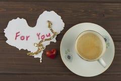 Ρομαντική επιθυμία στην ΗΜΕΡΑ ΒΑΛΕΝΤΙΝΩΝ Καφές, κάρτες και δώρο της αγάπης στοκ εικόνα με δικαίωμα ελεύθερης χρήσης