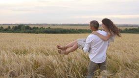 Ρομαντική ημερομηνία σε έναν τομέα σίτου, αγκαλιάσματα ζευγών αγάπης φιλμ μικρού μήκους