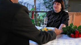 Ρομαντική ημερομηνία σε ένα εστιατόριο φιλμ μικρού μήκους