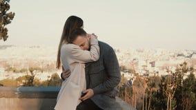 Ρομαντική ημερομηνία του νέου όμορφου ζεύγους, πανόραμα της Ρώμης, Ιταλία στο υπόβαθρο Το αγκάλιασμα ανδρών και γυναικών, φιλί, π απόθεμα βίντεο